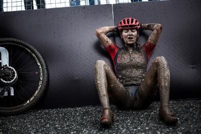 Kate Courtney pravděpodobně proklíná rozhodčí, kteří těžký závod nezkrátili