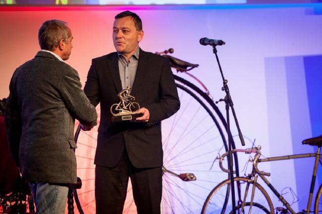 Král cyklistiky 2015 - Petr Balogh předává cenu nejlepší cyklokrosařce Pavle Havlíkové, kterou zastupoval její kouč Milan Hollosi