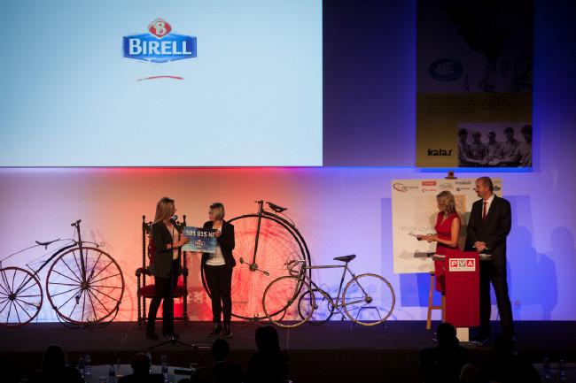 Král cyklistiky 2015 - Soňa Ježková přebírá šek od Birellu, peníze vyjeli cyklisté na stezkách a jsou určeny na pomoc všem handicapovaným cyklistům
