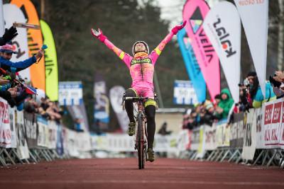 MČR cyklokros 2016: Martina Mikulášková slaví