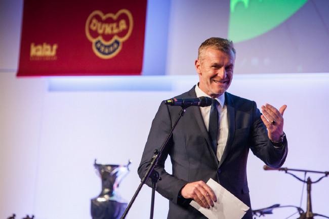 Král cyklistiky 2015 - šéf slovenského svazu Peter Prívara předával cenu nejlepšímu bikerovi Jaroslavu Kulhavému a trialistce Marii Křivové