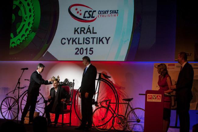 Král cyklistiky 2015 - Zdeněk Štybar právě přebírá korunu pro nejlepšího cyklistu roku 2015