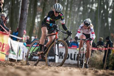 MČR cyklokros 2016: Karla Štěpánová bojuje s kolínským pískem