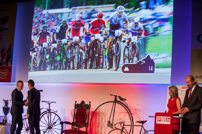 Král cyklistiky 2015 - šéf slovenského svazu Peter Prívara předával cenu nejlepšímu bikerovi Jaroslavu Kulhavému