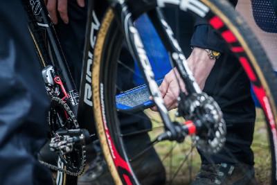 UCI během závodu kontroluje pomocí scanu kola v depu