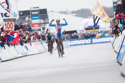 Adam Ťoupalík slaví mistrovský titul. Ale o kolo dříve ...