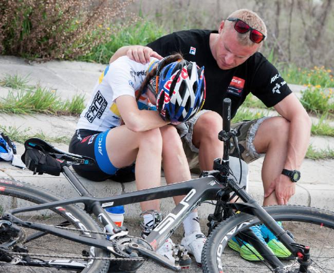 Sunshine Cup #1 - Yana Belomoyna ve 3. etapě spadla a poranila si ruku