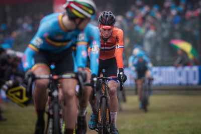 Wout van Aert kontroluje Van der Poela