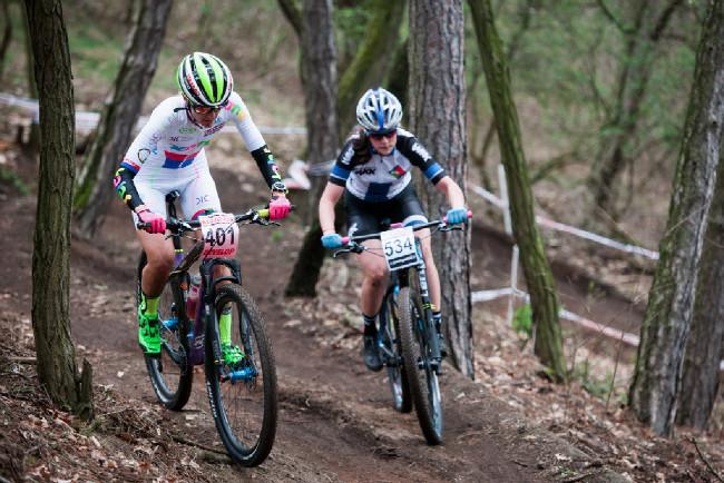 Karla Štěpánová předjíždí kadetku o kolo zpět