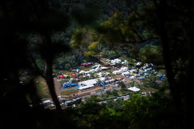 """Tropická """"venue"""" úvodního závodu SP v Cairns"""
