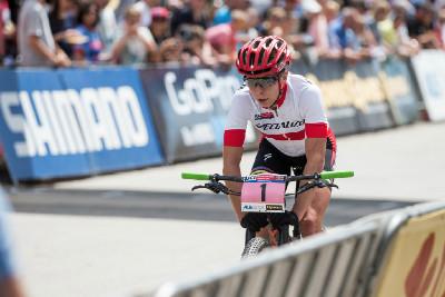 Annika Langvad v aero pozici najíždí do posledního kola