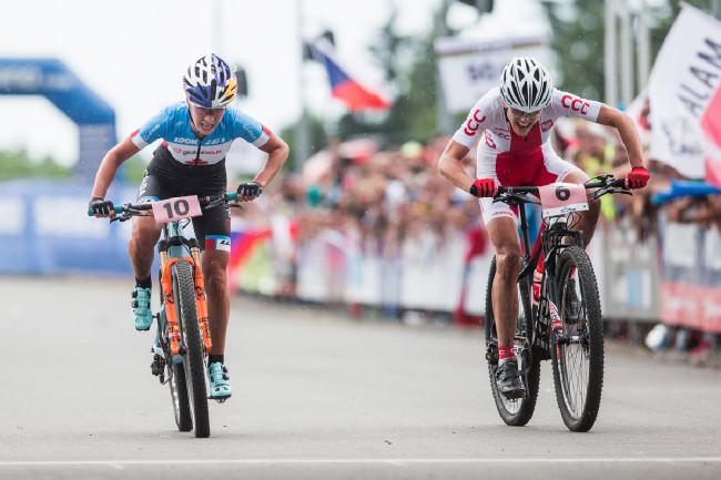 Sprint o bronz mezi Emily Batty a Majou Wloszczowskou