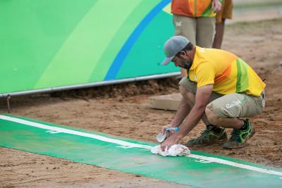 Pořadatelé museli narychlo odklízet lepkavou vrstvu bláta ze startu