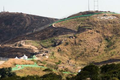 Signal Hill sežehl pár dní před závodem požár