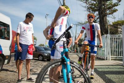 Jan Škarnitzl a Jaroslav Kulhavý vyjíždějí na trénink