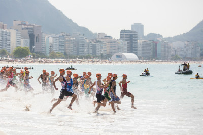 start triatlonu na pláží Copacabana