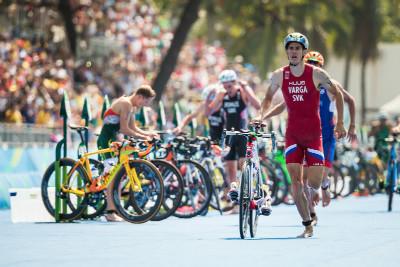 Slovenský reprezentant Varga vyjíždí na kolo jako první