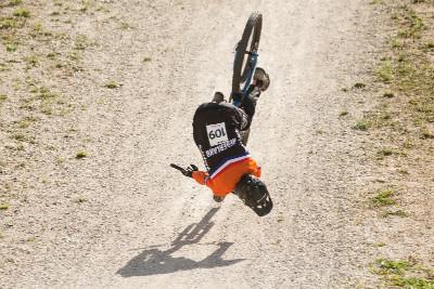ošklivý pád holandského sjezdaře na cílovém skoku