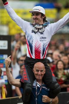 Mistr světa Danny Hart na ramenou svého otce