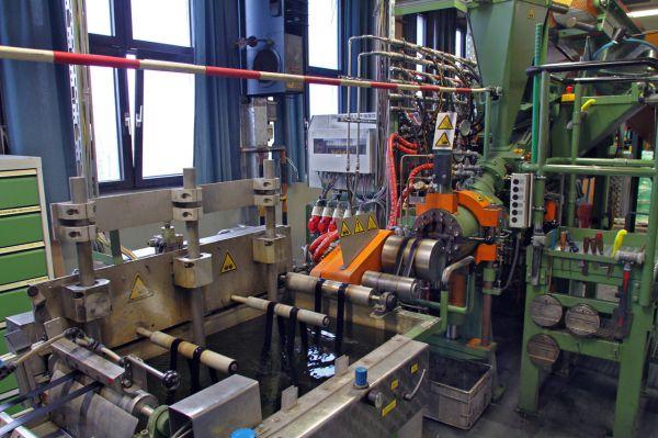 úprava surového materiálu na běhoun pláště - řezání, vulkanizace, tažení, chlazení,...