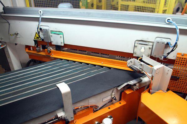 Stroj na řezání základní tkaniny do kordu pláště