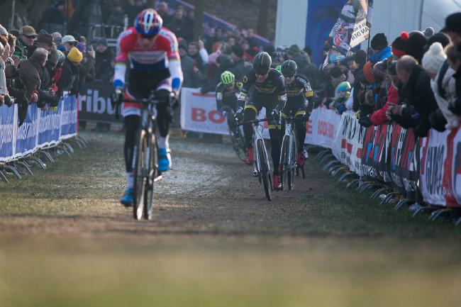 Mathieu van der Poel od startu vystřelil.... pak ale svěsil nohy