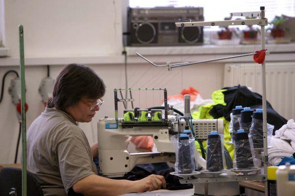Na návštěvě v Sensoru - na komplikovanější švy je to komplikovaný šicí stroj