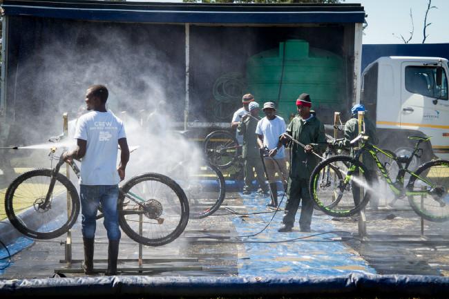 Mytí kol mělo přísný režim, voda se recyklovala