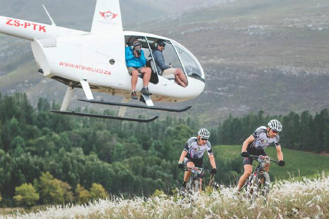 Každou etapu doprovázeli dva vrtulníky s kameramany a fotografy