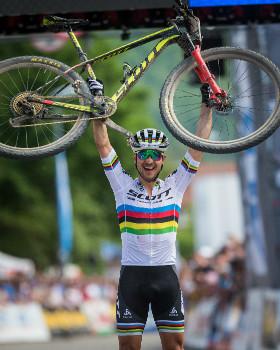 Nino Schurter slaví další vítězství