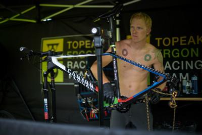 Mechanik Peter připravuje mistrovský bike pro Kristiána Hynka