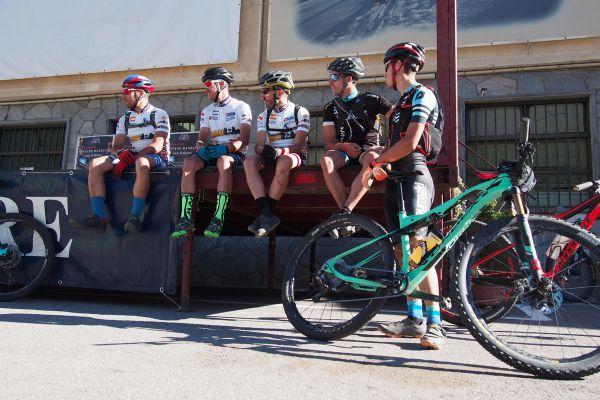 Čekání na start další etapy – startovalo se podle pořadí, nejpomalejší jezdci nejdříve