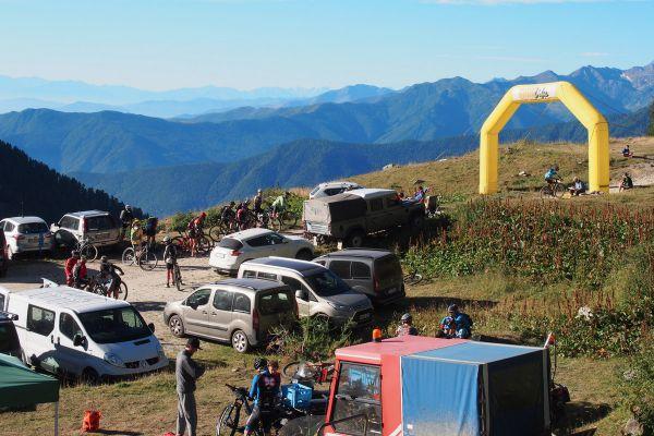 Start do drsné šesté etapy (sjezd pevnosti Forte delle Valli) a výjezd na Chaberton
