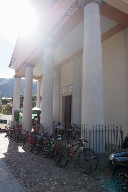 Bikeři okupovali hřiště i kostel…
