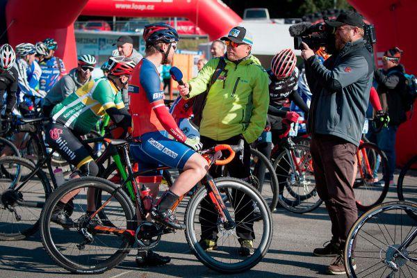Premiéru gravel biků si nenechala ujít ani Česká televize