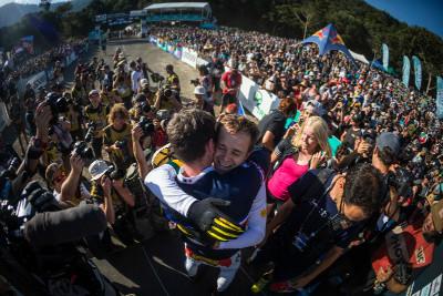 Loic Bruni přijímá gratulace od Troye Brosnana