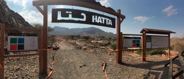 Brána do Hatty. Při naší návštěvě se zrvna konal Spartan race, proto mlíkem značené úseky...