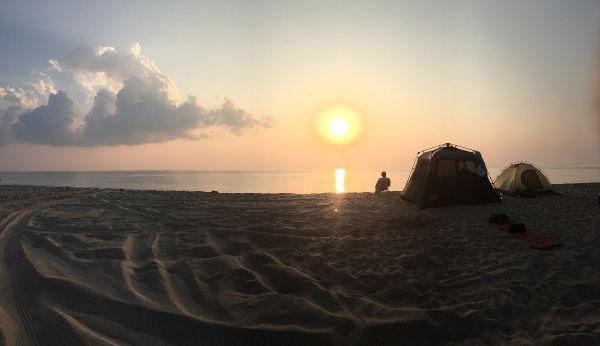 Kempování v poušti nebo na pláži je v Emirátech také oblíbené...