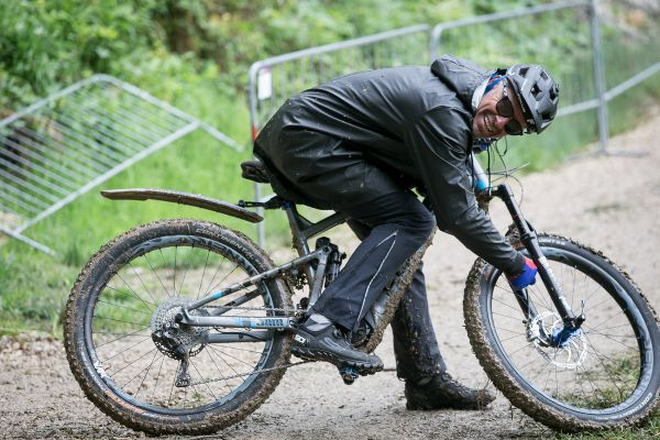 Mike Kluge i přes nové nařízení UCI vyrazil na trať na ebiku...