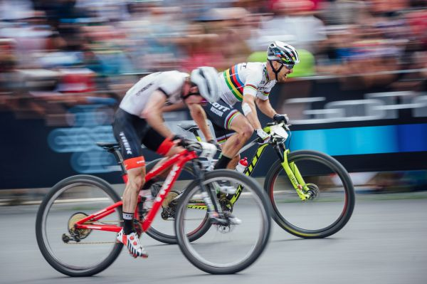 Cílový sprint Nino Schurtera a Antona Coopera