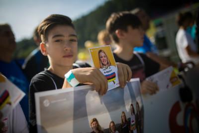 čekání na podpis vítězky závodu do 23 let Siny Frei