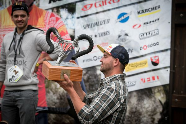 Michal Prokop hrdě přináší cenu pro nejrychlejšího borce