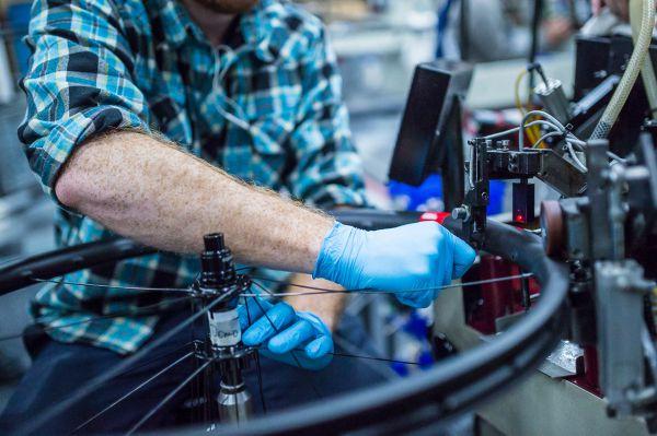 Santa Cruz factory - Spolupráce lidské zručnosti a strojní rychlosti
