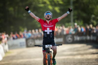 Mathias Fluckiger vyhrává svůj první závod SP