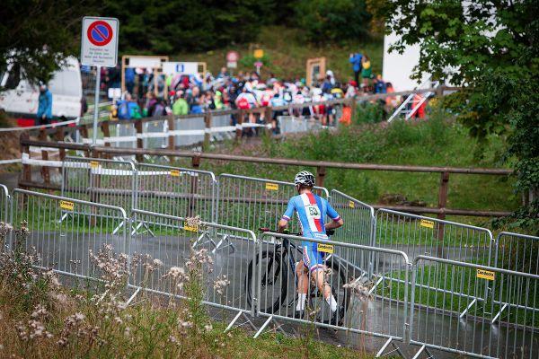 Tomáš Dudek hned po startu přetrhnul řetěz a musel běžet půl kola do depa