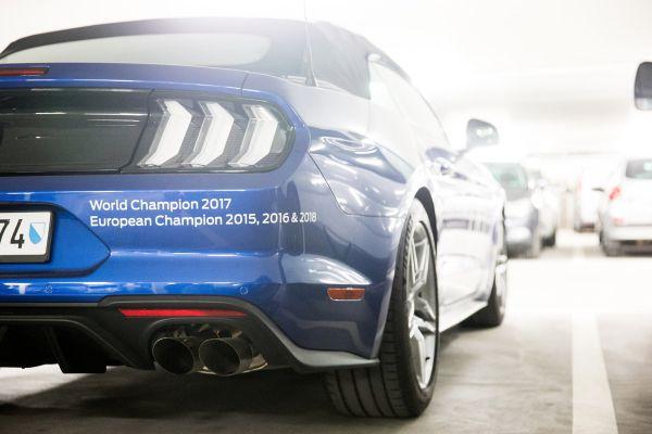 Kdo se prohání po Lenzerheide na Mustangu?
