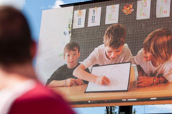 Děti ze školy v Lenzerheide dávají špendlík na mapu ČR