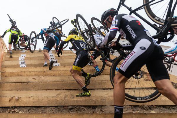 nové prudké schody ve Slaném