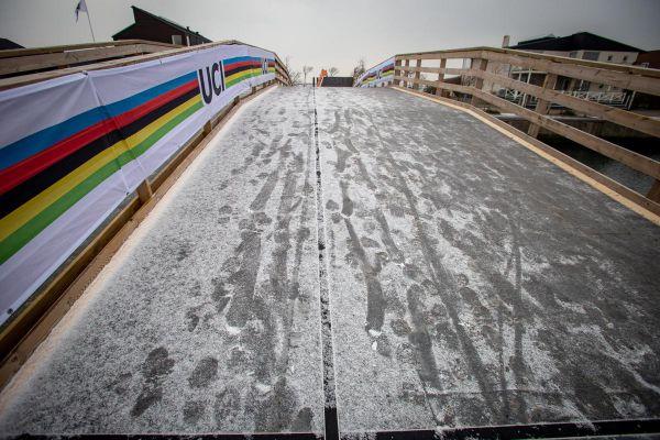Promrzlý a pocukrovaný mostek přes kanál