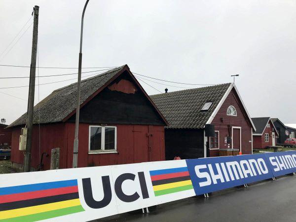 Typické dánské, přímořské domečky lemují trať
